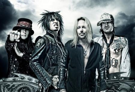 El guitarrista de Motley Crüe atacado durante un concierto